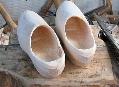 Sabot, tatà e galletti intagliati nel legno